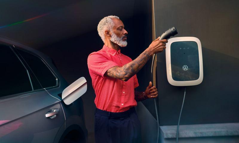 Volkswagen Touareg eHybrid couleur argent, vue latérale / arrière, chargement avec ID. Charger programmé