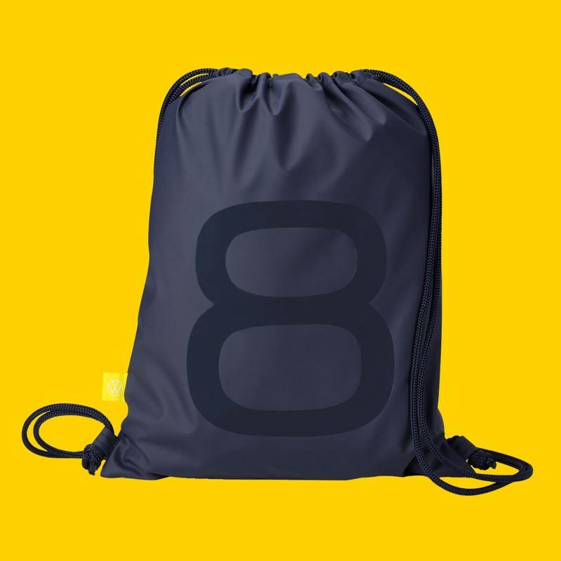 Un sac à dos tendance avec un grand 8 sur le devant et une étiquette VW jaune – Accessoires Volkswagen