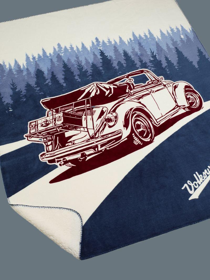 Une couverture douillette avec le lettrage « Volkswagen » et un grand motif Coccinelle