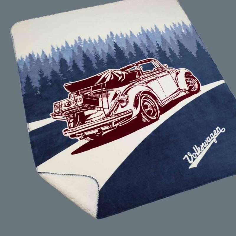 Telo mare originale Volkswagen con stampa grande del Maggiolino in versione cabriolet che percorre una strada circondata da alberi.