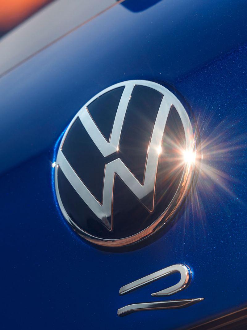 Le logo VW R sur le Tiguan R réfléchit la lumière du soleil