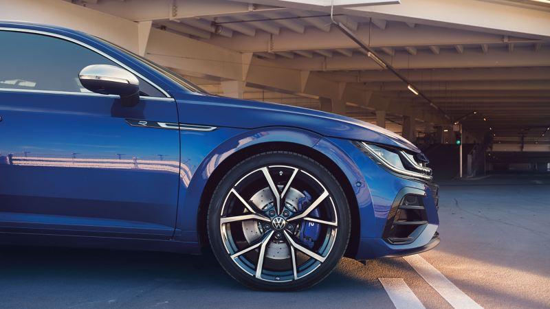 Une VW Arteon R Shooting Brake bleue avec jantes sportives