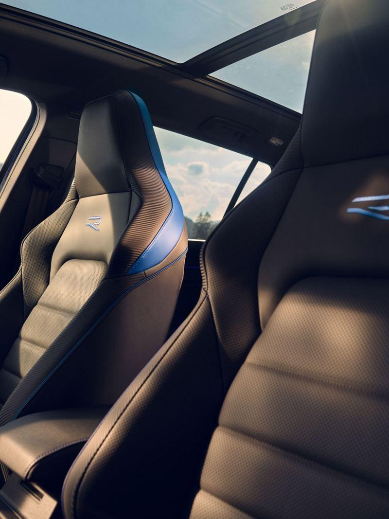 I sedili del conducente e del passeggero anteriore negli interni sportivi della Volkswagen GolfRVariant