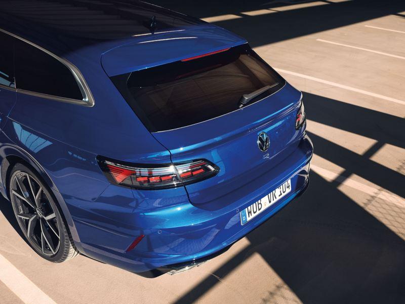 Une VW Arteon R Shooting Brake bleue est garée dans un parking