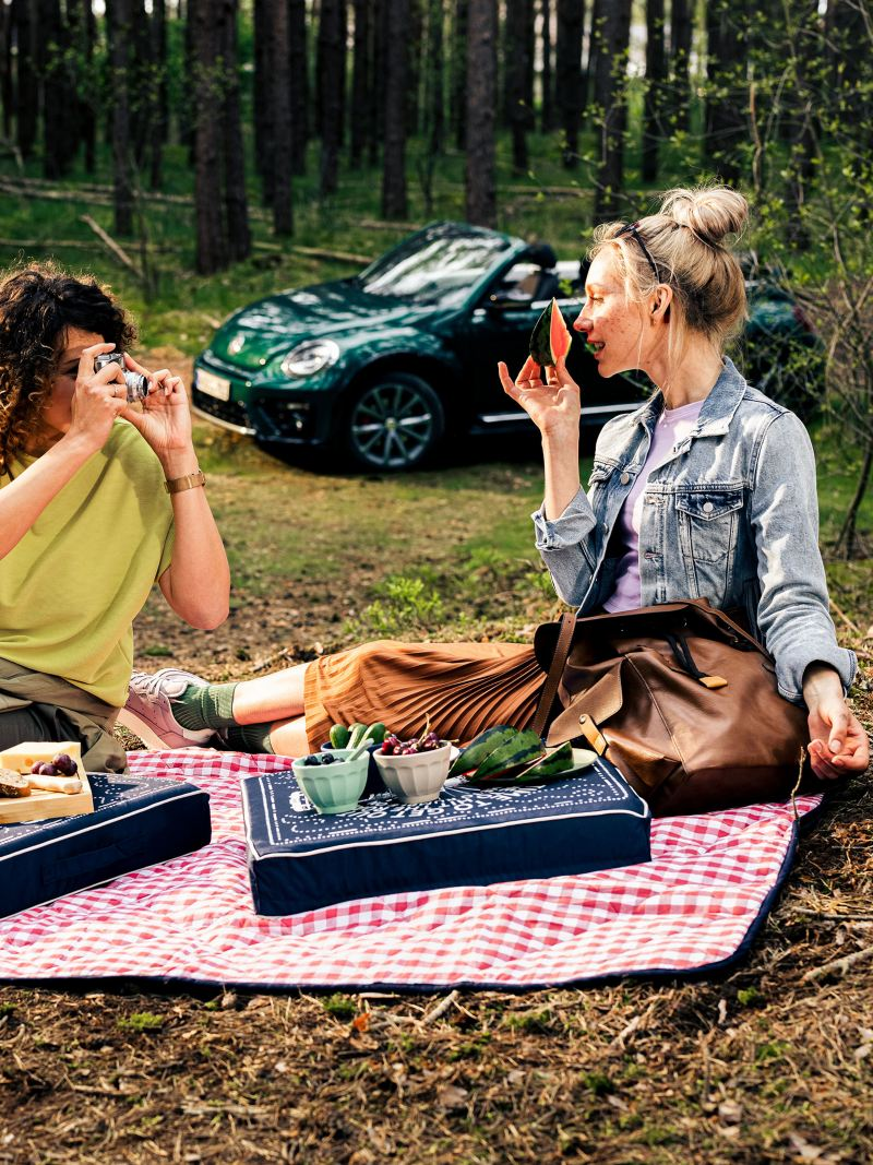 Two girlfriends doing a picnic in the forest – Volkswagen Accessories