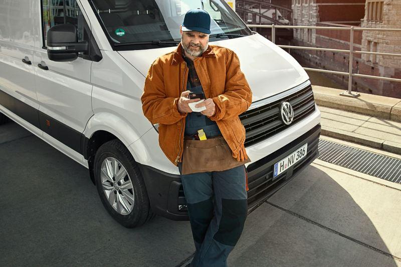 Der Fahrer eines VW Transporters nutzt das digitale Kostenbuch.
