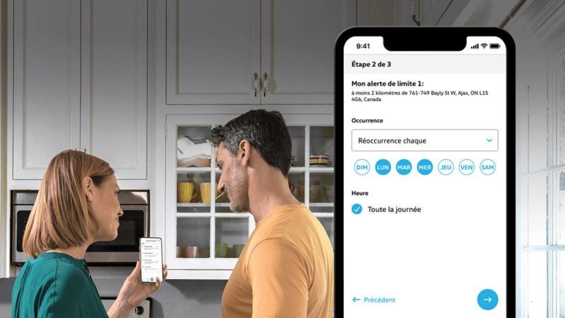 Un couple utilisant l'application Car-NetMD pour afficher les alertes