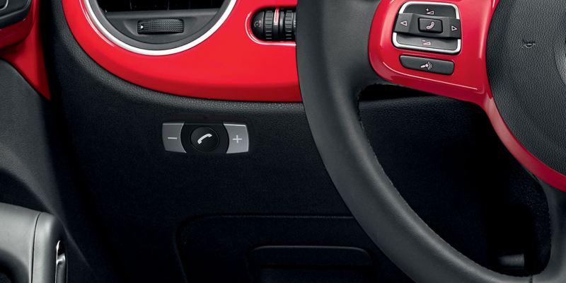 Dettaglio del dispositivo vivavoce Bluetooth, originale Volkswagen, montato su un Maggiolino.