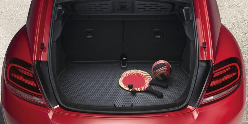 Dettaglio dell'inserto bagagliaio originale Volkswagen, montato in un Maggiolino
