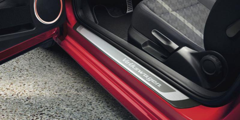 Dettaglio dei listelli per il battitacco originali Volkswagen montati su un Maggiolino.