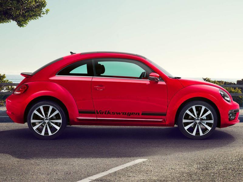 Dettaglio della pellicola decorativa originale Volkswagen applicata su un Maggiolino.