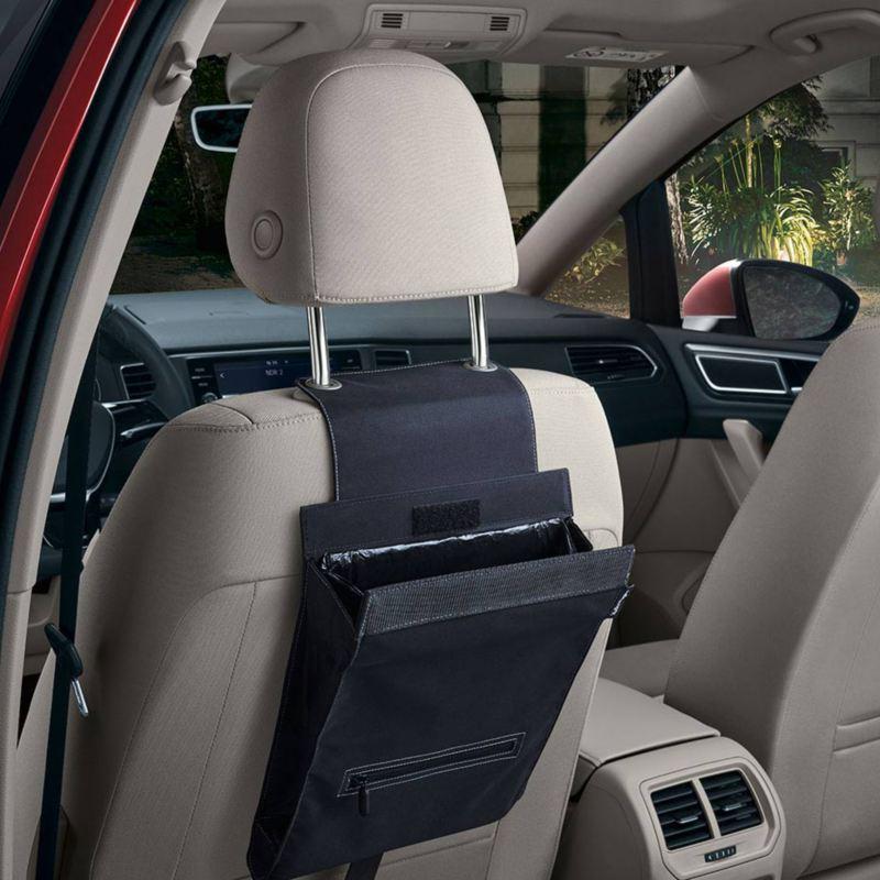 """Dettaglio del portarifiuti """"Clean Solution"""" originale Volkswagen, applicabile al poggia testa del sedile; montato in un Maggiolino."""