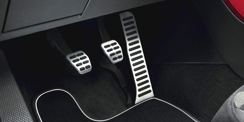 Dettaglio dei copri pedaliera originali Volkswagen, montati su un Maggiolino. Disponibile per vetture con cambio manuale e con cambio automatico DSG.