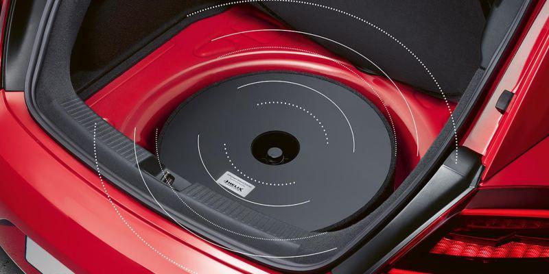 """Dettaglio dell'amplificatore a 5 canali originale Volkswagen, con sistema d'installazione """"Plug & Play""""; montato su un Maggiolino."""