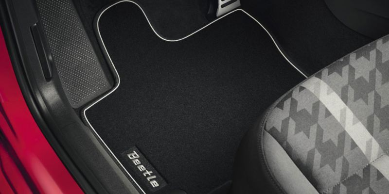 """Dettaglio dei tappetini in moquette """"Premium"""" originali Volkswagen, montati in un Maggiolino."""