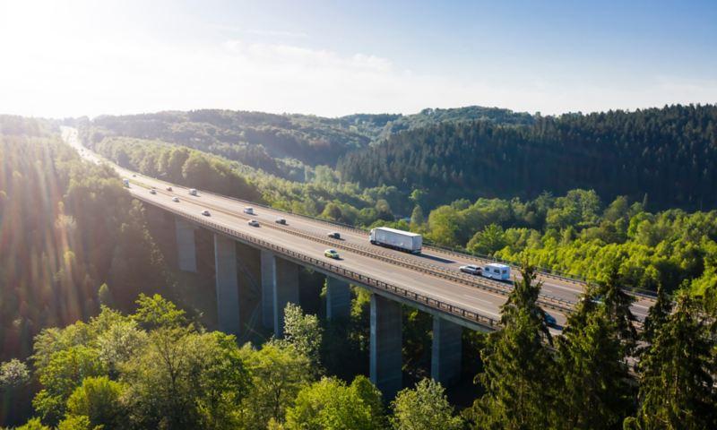 Αυτοκίνητα και φορτηγά περνούν μια γέφυρα