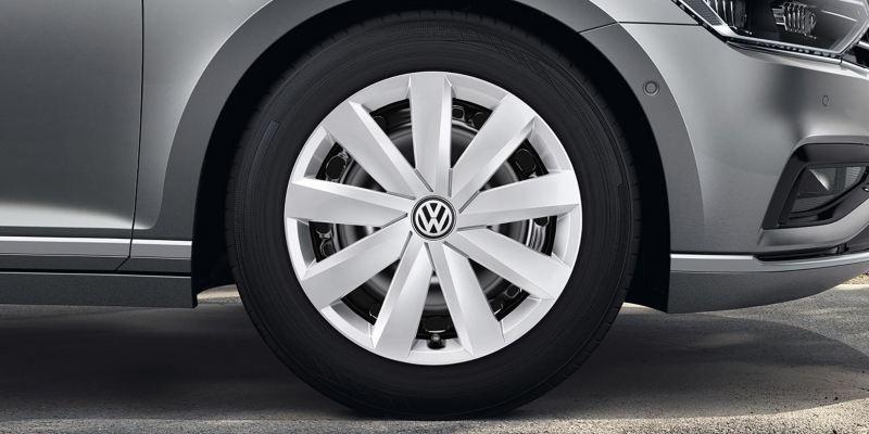 """Dettaglio di un copricerchio 16"""" originale Volkswagen con logo, montato su Nuova Passat."""
