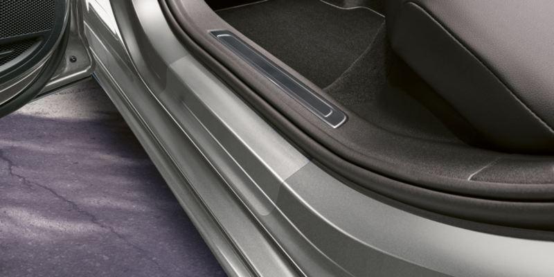 Dettaglio delle pellicole battitacco trasparenti originali Volkswagen, montate su Nuova Passat.