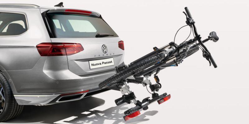 """Dettaglio porta biciclette pieghevole """"Compact"""" originale Volkswagen, montato su Nuova Passat."""