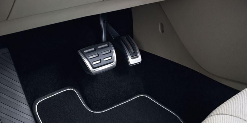 Dettaglio dei copri pedaliera originali Volkswagen, montati su Nuova Passat. Disponibile per vetture con cambio manuale e con cambio automatico DSG.