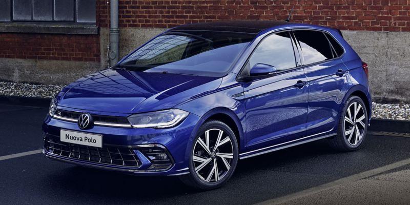 Vista 3/4 frontale di Volkswagen Nuova Polo ferma in un parcheggio.