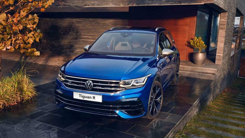 Tiguan R VW blu in garage