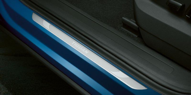 Dettaglio dei listelli battitacco con scritta Tiguan originali Volkswagen, montati su Nuova Tiguan.