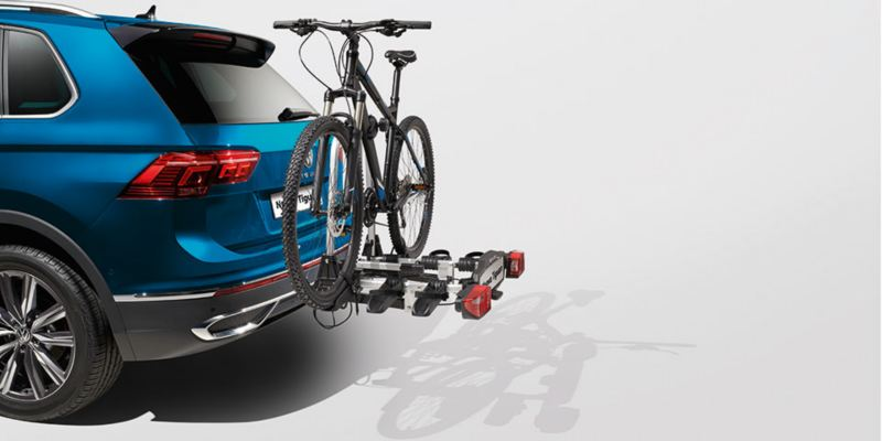 """Dettaglio del porta biciclette pieghevole """"Compact"""" originale Volkswagen, montato sul retro di Nuova Tiguan. Disponibile per due o tre biciclette."""