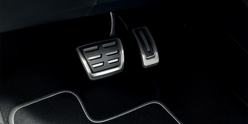 Dettaglio dei copri pedaliera originali Volkswagen, montati su Nuova Tiguan. Disponibile per vetture con cambio manuale e con cambio automatico DSG.