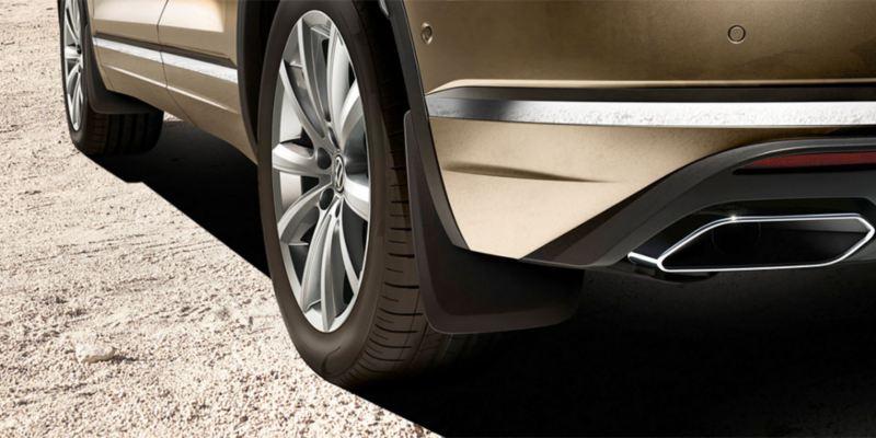 Dettaglio dei paraspruzzi originali Volkswagen, montati su Nuova Touareg.