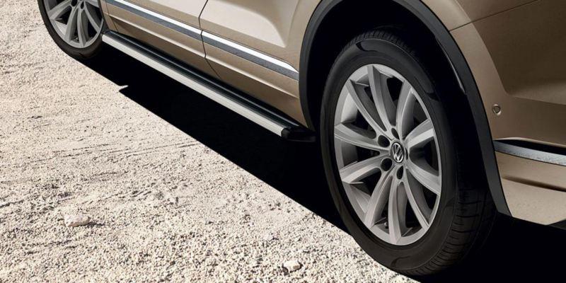 Dettaglio dei predellini per minigonne originali Volkswagen, montati su Nuova Touareg.