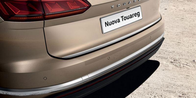 Dettaglio della protezione battuta portellone originale Volkswagen, montata su Nuova Touareg.