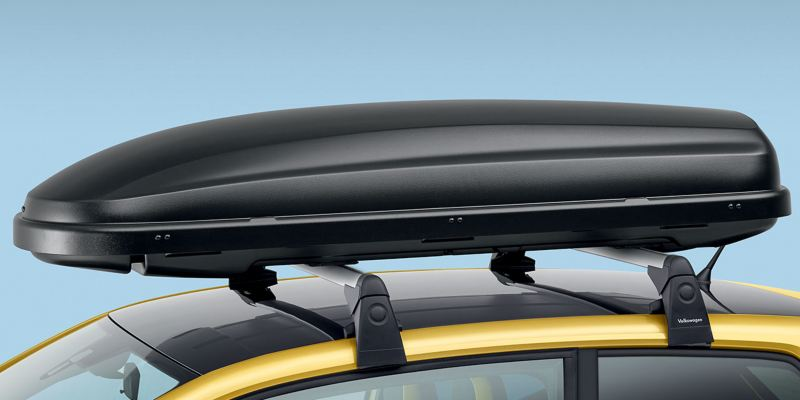 """Dettaglio del box per tetto """"Comfort"""" originale Volkswagen, montato su Nuova up!. Il box con sistema innovativo """"Duo-Lift"""" è disponibile da 340lt. È acquistabile anche la versione """"Basic"""" nero opaco da 340lt."""