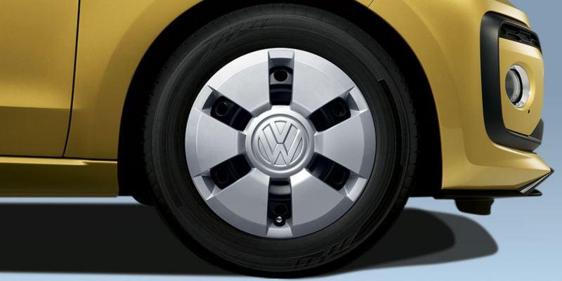 Dettaglio del copricerchio in acciaio originale Volkswagen, montato su Nuova up!. Kit da 4 pezzi.