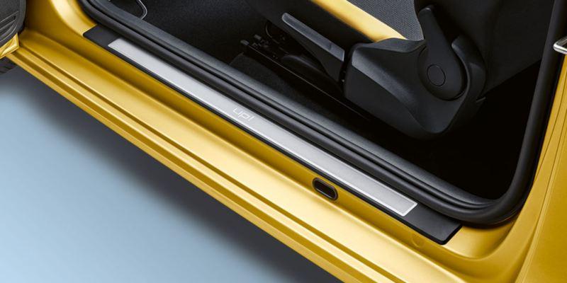 Dettaglio dei listelli battitacco in acciaio inox originali Volkswagen, applicati su Nuova up!.