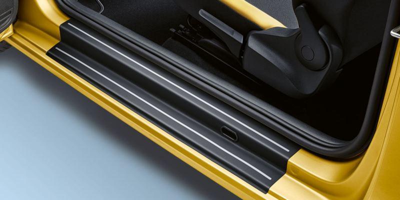 Dettaglio delle pellicole battitacco nere con strisce argento originali Volkswagen, applicati su Nuova up!.