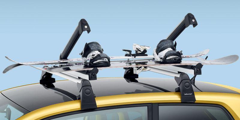 """Dettaglio del porta sci e snowboard originale Volkswagen, montato su Nuova up!. Nella versione """"Comfort"""" possono essere caricati fino a 4 paia di sci e 2 snowboard, mentre nella versione """"Basic"""" fino a 6 paia di sci e 4 snowboard."""
