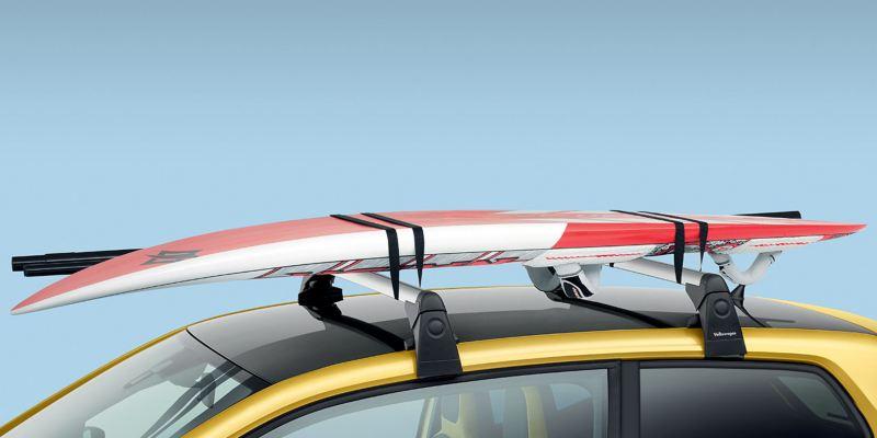 Dettaglio del porta tavole da surf originale Volkswagen, montato su Nuova up!.