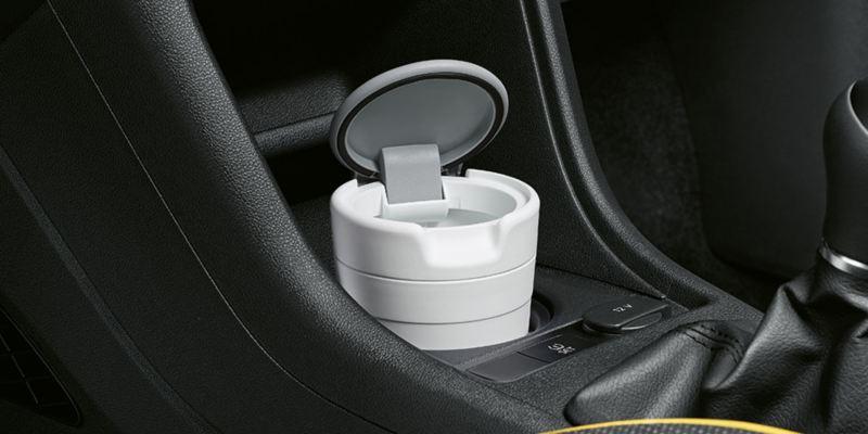 Dettaglio del portarifiuti originale Volkswagen, applicabile al supporto porta bicchieri; montato su Nuova up!.