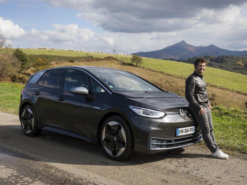 Bixente Lizarazu avec une ID.3 Volkswagen