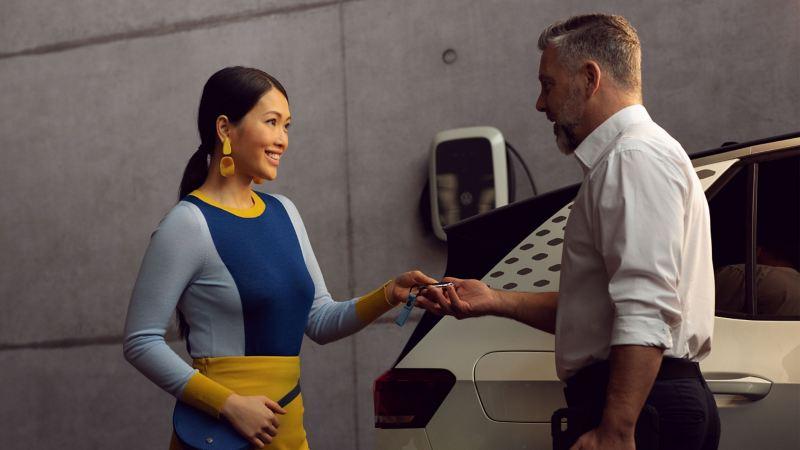 VWサービススタッフへ車のキーを預けるユーザー