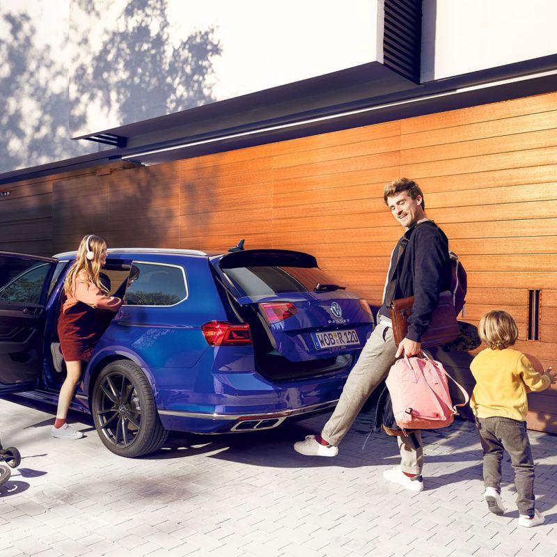 VW Passat Sportscombi, en familj packar in i bilen