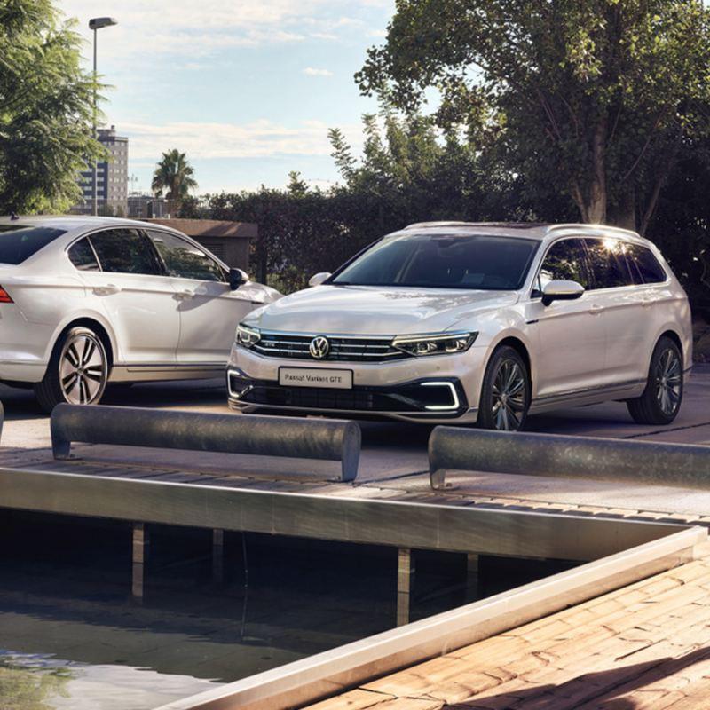 Auto Volkswagen Passat GTE e Passat Variant GTE per flotte aziendali parcheggiate vicine