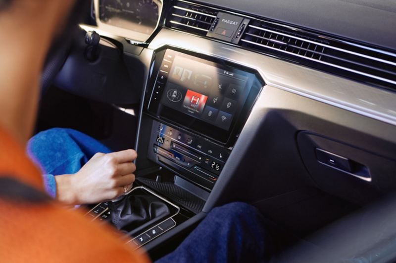 """VW Passat GTE centre console with """"Discover Pro"""" navigation system, screen with compass, loudspeaker, WLAN, Bluetooth, energy flow and radio display"""