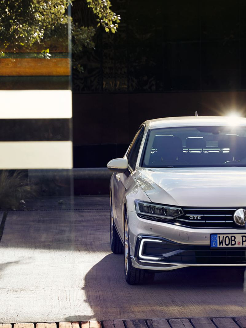 """VW Passat GTE side/rear view on parking lot in front of wooden wall and lamella wall, rim """"Montpellier"""", varnishing Oryx white mother-of-pearl effect"""
