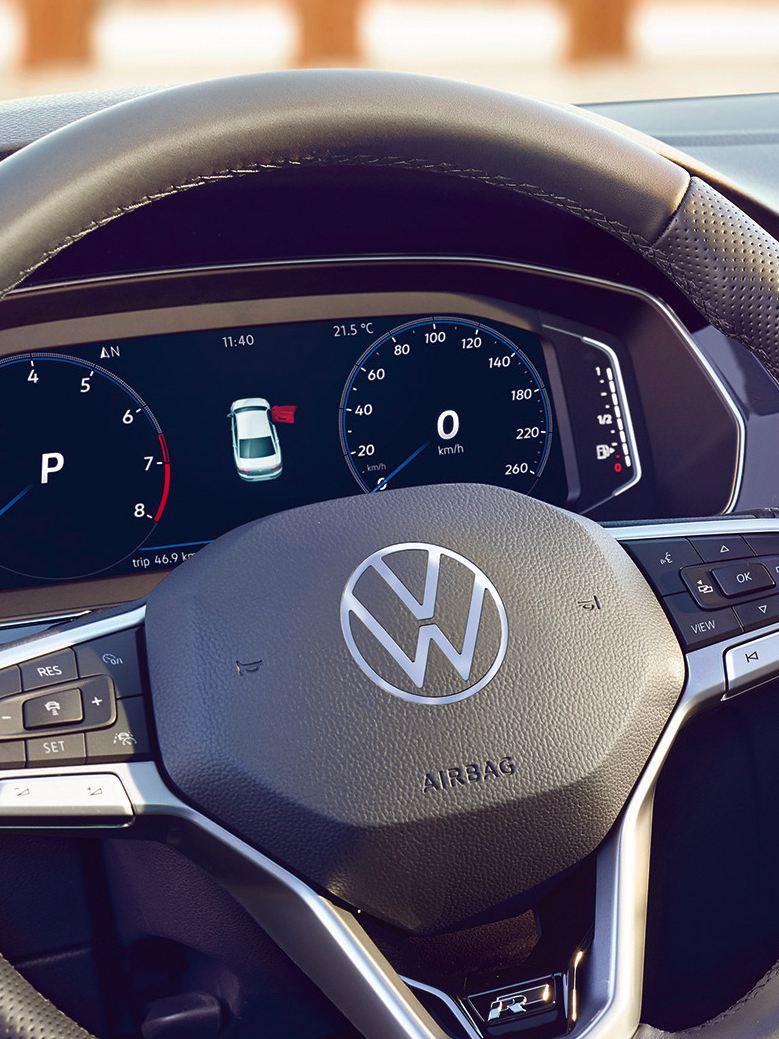 Cockpit numérique de la Passat avec vue de la navigation au centre