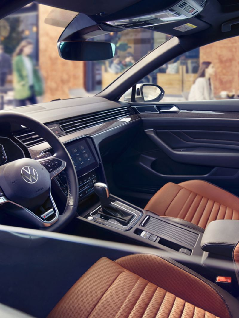 """Passat interior photo of the cockpit and front seats, view to the right door through half-open left window, seats in leather """"Nappa"""" in the colours Florence and titanium black"""