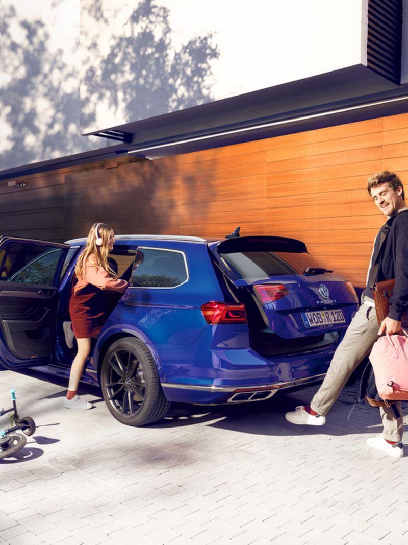 """Volkswagen Passat Alltrack, """"Easy Open"""", vista posteriore di tre quarti, un uomo apre il portellone del bagagliaio con un movimento del piede (calcio) sotto il posteriore"""
