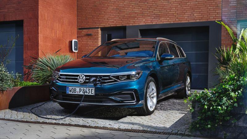 Ein blauer VW Passat Variant GTE lädt an einer Wallbox