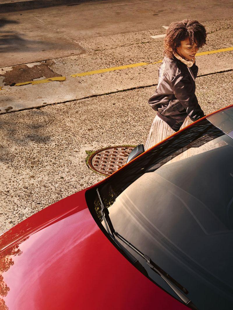 Women opening the door from VW Polo beats